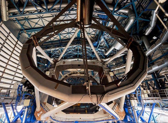 Fotograma de la película Universo Oculto en IMAX® 3D donde puede apreciarse el interior del telescopio VLT, el Very Large Telescope