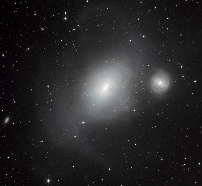 To helt forskjellige naboer: galaksene NGC 1316 og NGC 1317