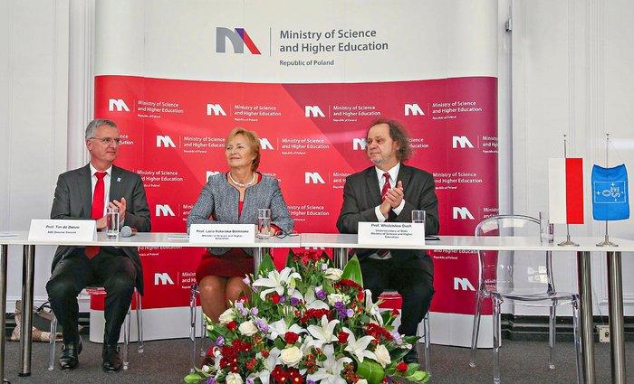 La cérémonie de signature avec la Pologne