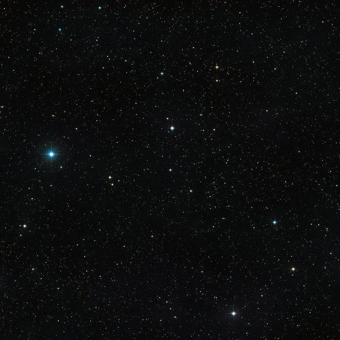 Vidvinkelbilde av himmelen rundt den uvanlige dobbeltstjernen V471 Tauri