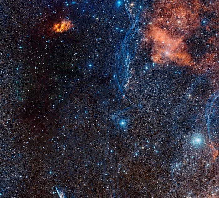 Bohatá oblast oblohy kolem stárnoucí dvojhvězdy IRAS 08544-4431