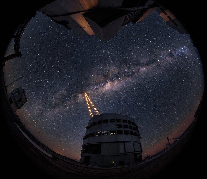 Na observatoři Paranal byl poprvé vyzkoušen nejvýkonnější systém vytvářející pomocí laseru umělé referenční hvězdy pro systém adaptivní optiky