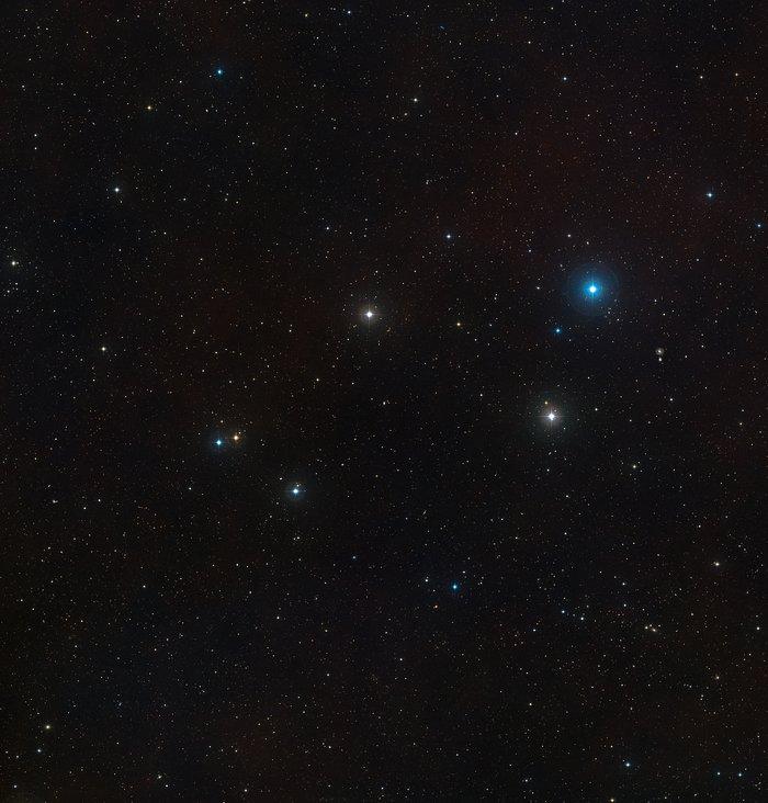 Obloha kolem aktivní galaxie Markarian 1018