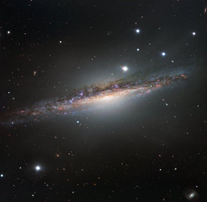 A galáxia vista de perfil NGC 1055