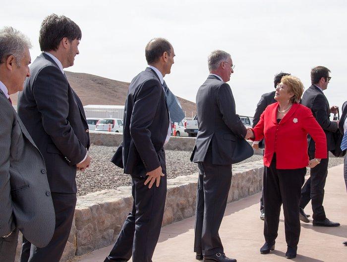 A Presidente do Chile, Michelle Bachelet Jeria, chega à cerimónia de colocação da primeira pedra do ELT