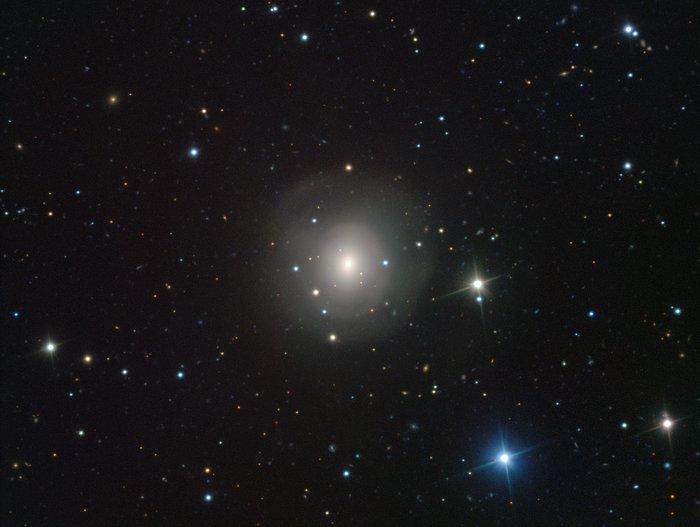 Image de la galaxie NGC 4993 acquise par VIMOS, sur laquelle figure la contrepartie visible d'une paire d'étoiles à neutrons en cours de fusion