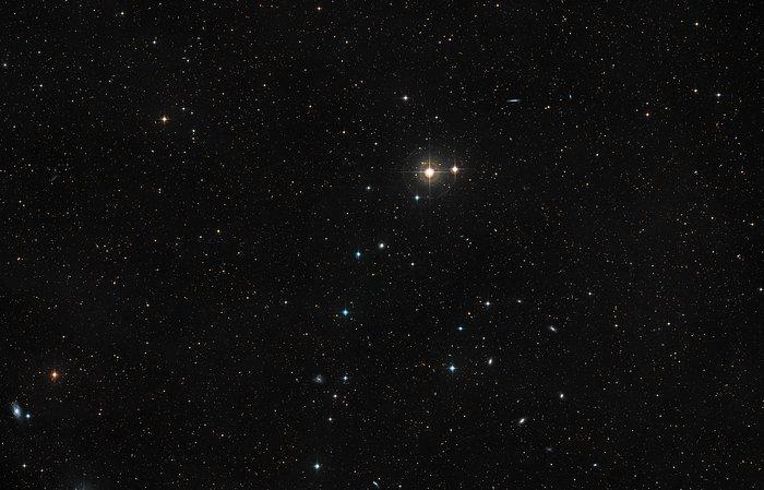 Le ciel autour de la galaxie NGC 4993