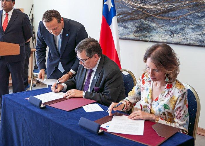 Acto de la firma con el Ministerio de Asuntos Exteriores de Chile
