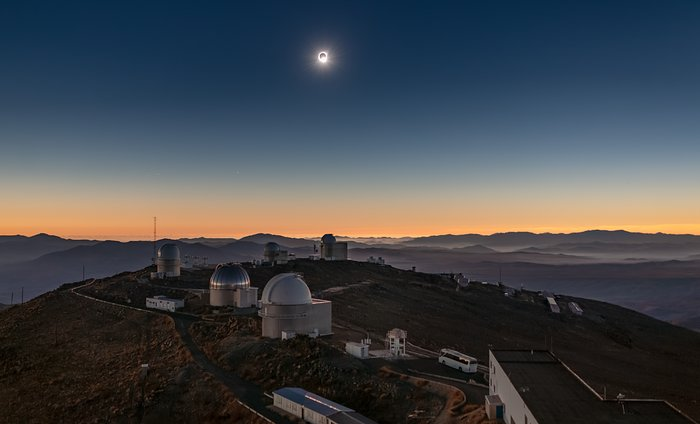 Total solformørkelse over La Silla-observatoriet i 2019 (panoramabilde)