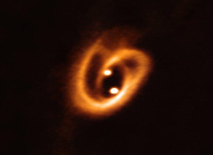Hvězdy v mladém binárním systému