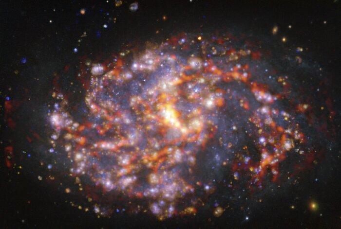 NGC 1087 op verschillende golflengten, zoals waargenomen met VLT en ALMA
