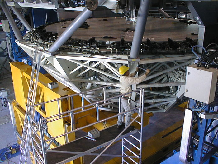 Installation of M1 cell with dummy mirror on VLT UT2