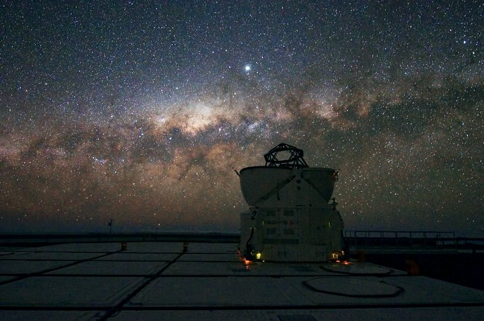 A VLT Auxiliary Telescopes watches the Milky Way setting