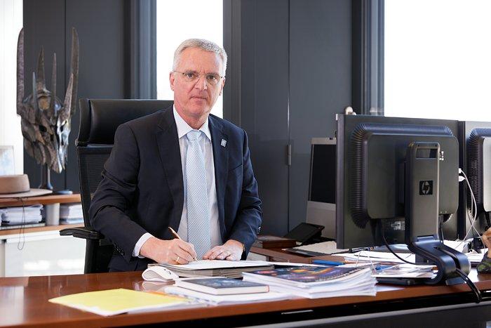 ESO DG Tim de Zeeuw in his office
