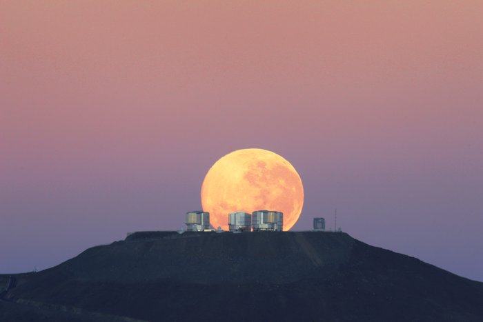 Pôr da Lua extraordinário - Vista fantástica do Cerro Paranal, local onde se encontra o Very Large Telescope do ESO