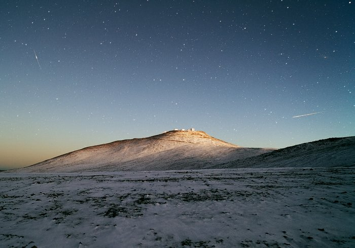 Dark sky and white desert — Snow pays a rare visit to ESO's Paranal Observatory