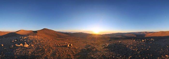 Sonne, Mond und Teleskope über der Wüste