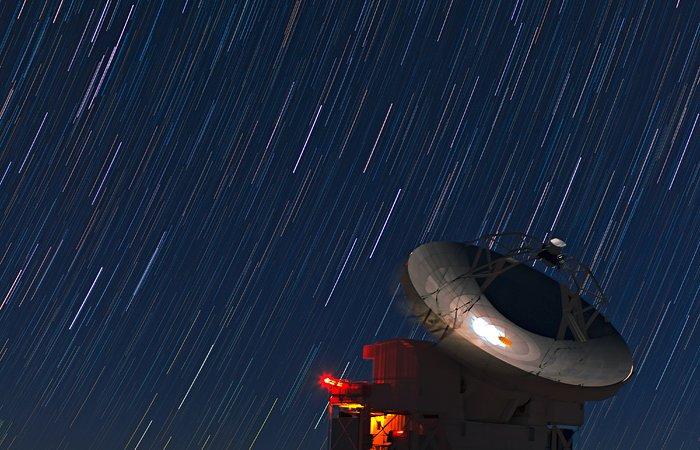 As estrelas riscam o céu por cima das nossas cabeças
