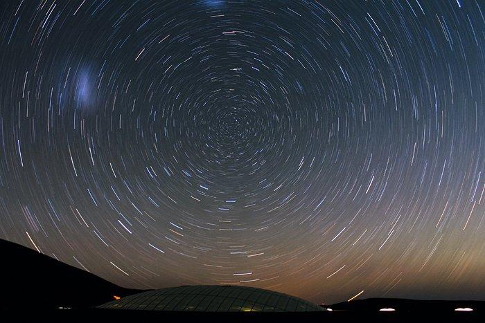 Les étoiles forment des cercles au-dessus de la Residencia à Cerro Paranal
