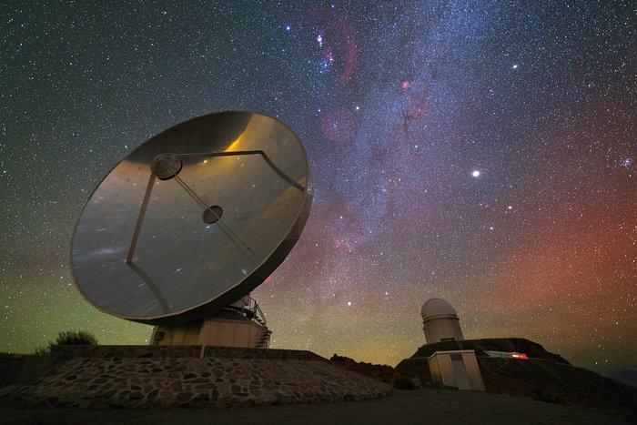 Paisagem nocturna iridescente sobre La Silla