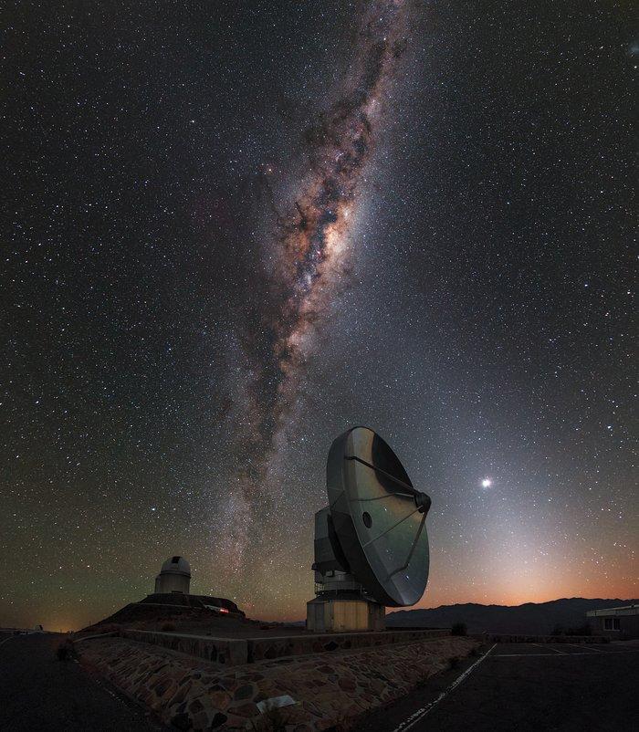 """A madrugada de La Silla """"beija"""" a Via Láctea"""