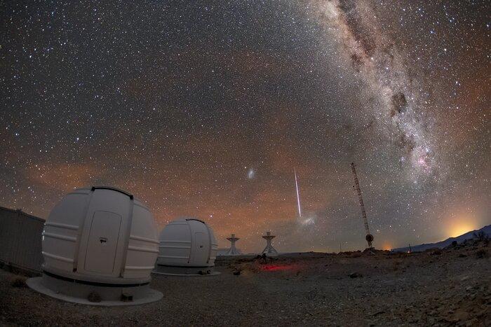 En stjärna faller över ESO:s teleskop