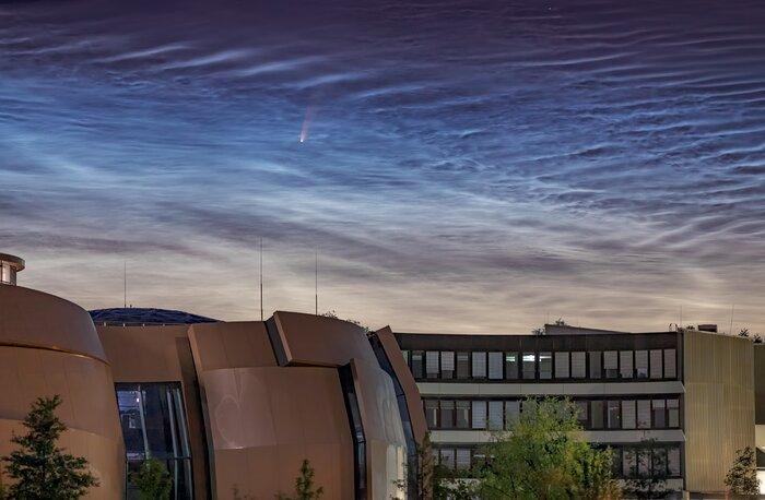 Cometa NEOWISE observado no céu por cima da Sede do ESO