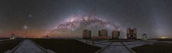 A cosmic rainbow over the VLT