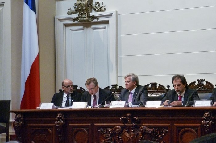 Brian Schmidt talks at the Chilean Senate