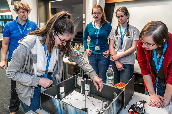 Playing with light at the 2018 Girls' Day at ESO