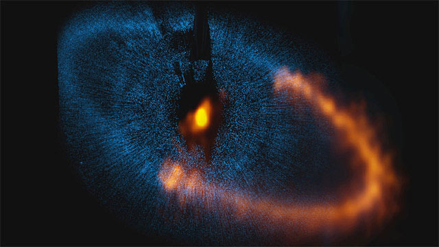 Zooming in on Fomalhaut and its dusty disc