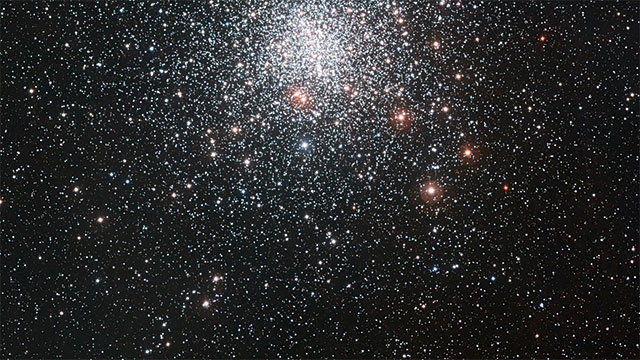 Voyage panoramique au travers de l'amas globulaire Messier 4