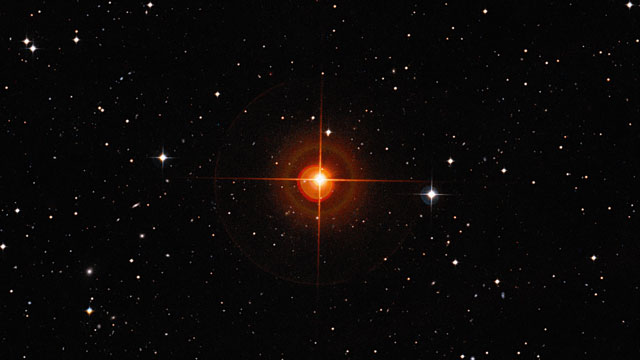 Zooming into the red giant star R Sculptoris