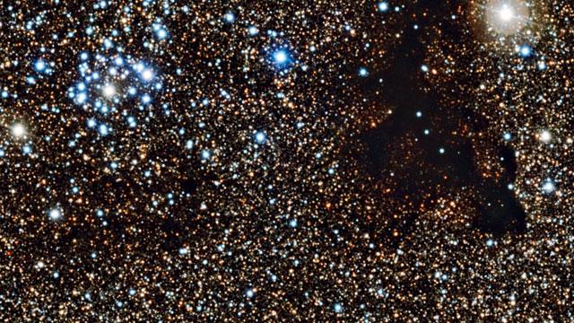 Zwenken langs de sterrenhoop NGC 6520 en de donkere wolk Barnard 86