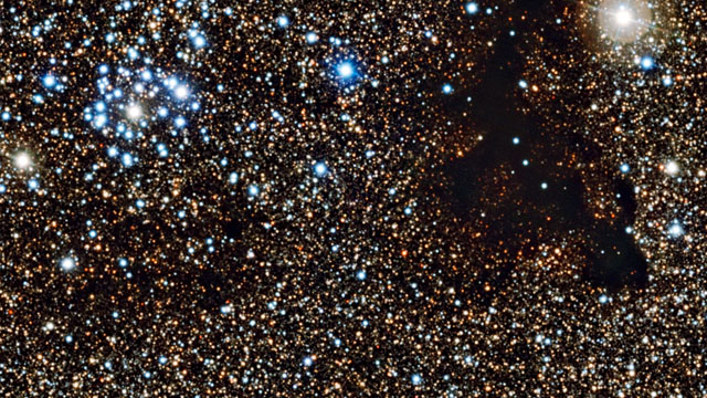 Panorâmica do enxame estelar NGC 6520 e da nuvem escura Barnard 86