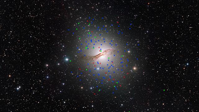 Schwenk über die riesige elliptische Galaxie Centaurus A (NGC 5128) und ihre seltsamen Kugelsternhaufen