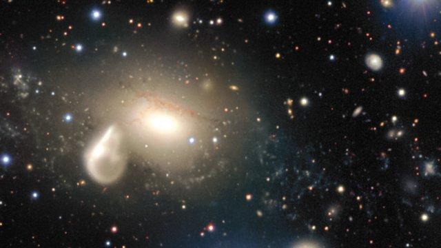Nahaufnahme der Umgebung der wechselwirkenden Galaxie NGC 5291
