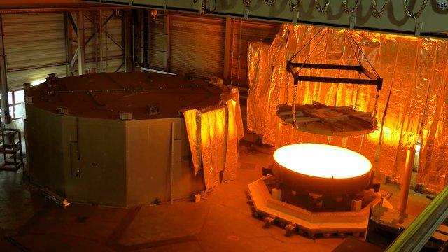 Transportando y abriendo el molde que contiene el bloque del espejo secundario del ELT