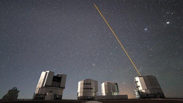 ESOcast 229 Light : Un disque protoplanétaire déchiré par ses trois étoiles centrales