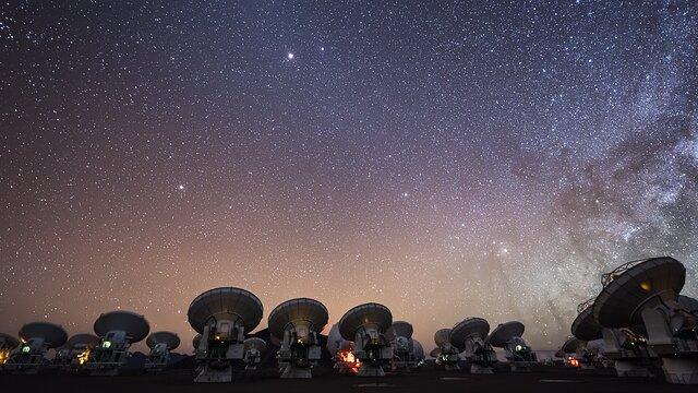 ESOcast 235 Light: Астрономы «увидели» магнитные поля на краю чёрной дыры